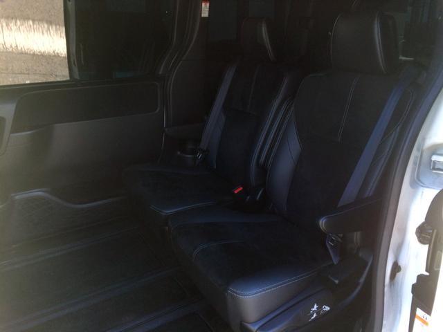 左右座席を中央に寄せて、くっつけて使用した状態! このまま3列目付近までロングスライドさせることができて、広々4人乗りにすることもできます!