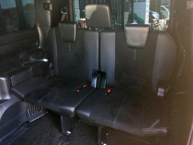 3列目ホワイトステッチ入りハーフレザーシートも広々していて、ゆったりおくつろぎ頂けます! 5:5分割シートで、片方だけ格納しお荷物スペースにして、もう片方は座席のままなんて言うのもできちゃいます!