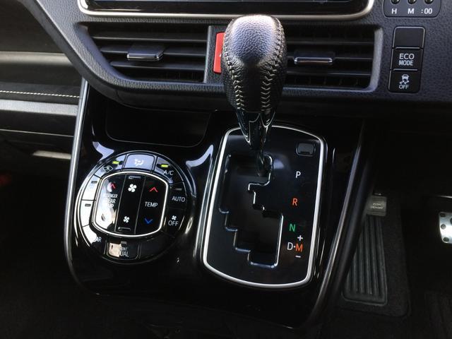 運転席と助手席を別々の温度設定に出来る、デュアルエアコン操作パネル搭載の、高級感のあるピアノブラックパネルのシフト周り! ECOモード&横滑り防止ON/OFFスイッチも搭載しております!