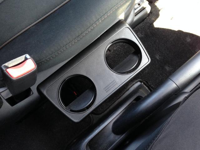 運転席と助手席専用の、折り畳み式ドリンクホルダー!