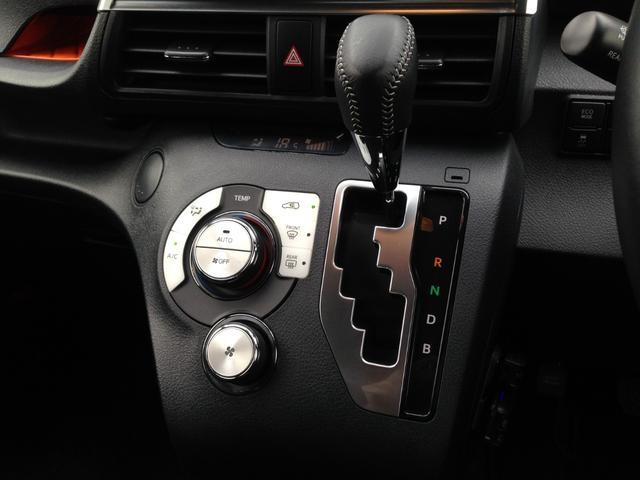 高級感&清潔感のあるブラックパネルが美しいシフト周りには、誰にでも扱いやすく操作性がわかりやすい、オートエアコン操作パネル搭載!