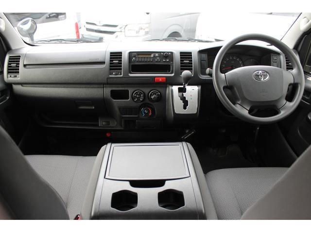 Wエアバッグ/ABS/キーレス/イモビライザー/フロントエアコン/電動格納式ドアミラー/排ガス浄化装置スイッチ/純正AMFMラジオ/純正ビルトインETC車載器/社外フロアマットが装備されています。