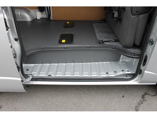 両側スライドドアです。シートストライカーカバーが装備されています。後席収納時に小径キャスター積載物(コピー機や医療機器など)のフロア落ち込みを防止します。