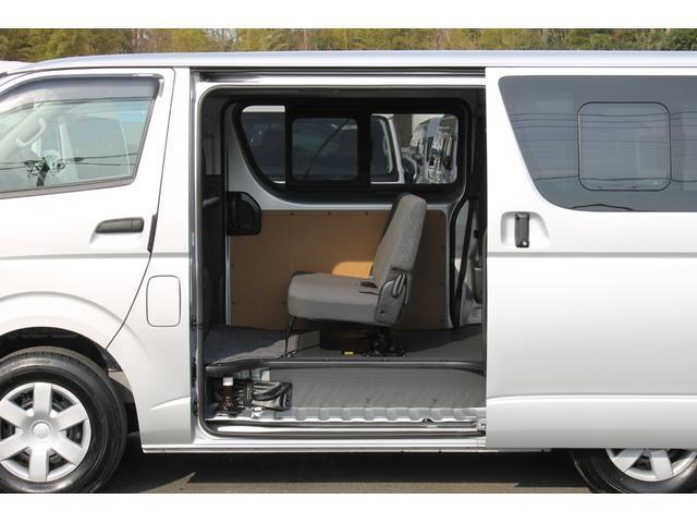 両側スライドドア(スライド式リヤサイドガラス付)です。純正サイドバイザー+プライバシーガラス+シートストライカーカバー(後席収納時の小径キャスター積載物フロア落ち込み防止)が装備されています。