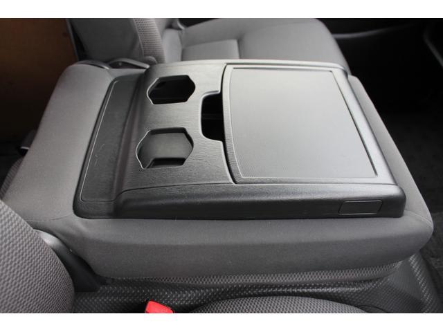 中央席の背面に、マルチユースシートバックコンソール(格納式テーブル+A4サイズ収納可能ポケット+リヤ席用カップフォルダー2個)が装備されています。