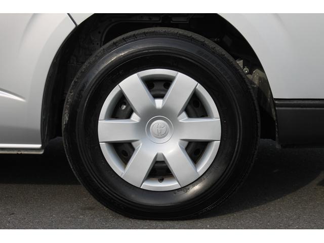 純正ホイールキャップ(スタンダードタイプ)が装備されています。タイヤサイズは、「195/80R15」です。