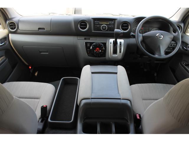 運転席エアバッグ/ABS/キーレス/イモビライザー/電動格納式ドアミラー/純正AMFMチューナー内蔵CDステレオ/フロントオートエアコン/リヤクーラー/リヤヒーターが装備されています。