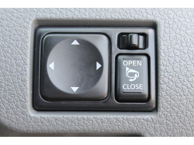 電動格納式ドアミラーの操作スイッチです。
