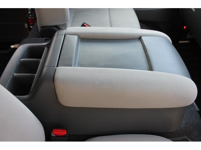 運転席と助手席の間にセンターコンソールが装備されています。