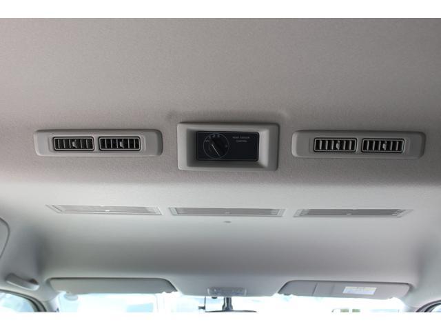 後部座席(3列目)の下に、リヤヒーターが装備されています。