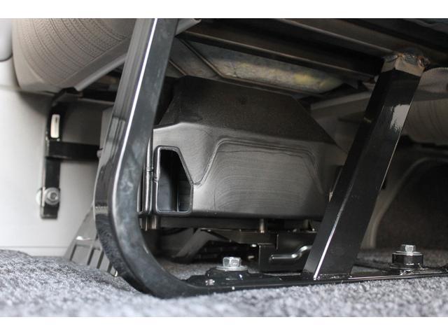 後部座席(2列目右側)の下に、リヤヒーターが装備されています。