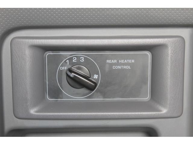 後部座席の1列目(右側面手前)に、リヤヒーターの操作スイッチがあります。