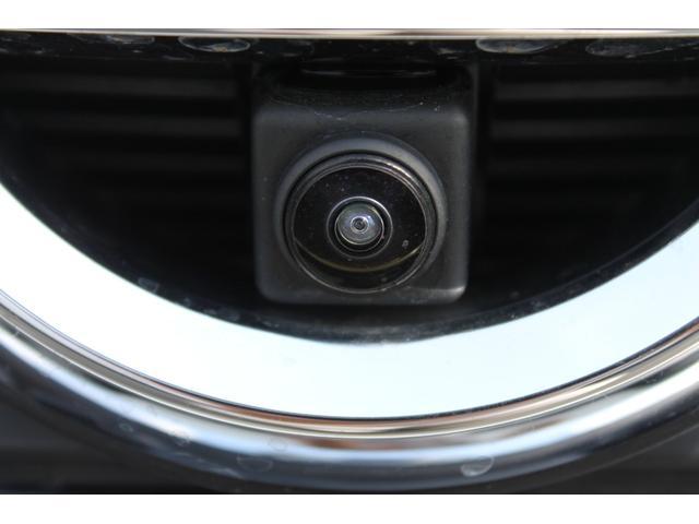 フロントグリルの日産エンブレム内にフロントカメラが装備されています。