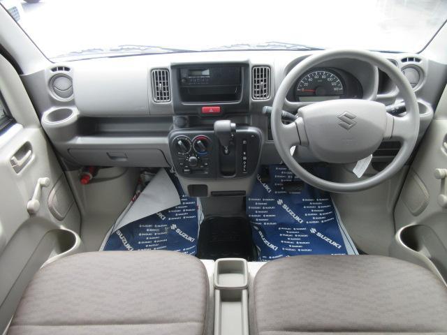 【フロントシート】インパネにシフトが付いているので足元広々!運転席から助手席の移動も楽々♪どちらからでも乗り降り出来るので、狭い場所の乗り降りも楽ちんですよ♪