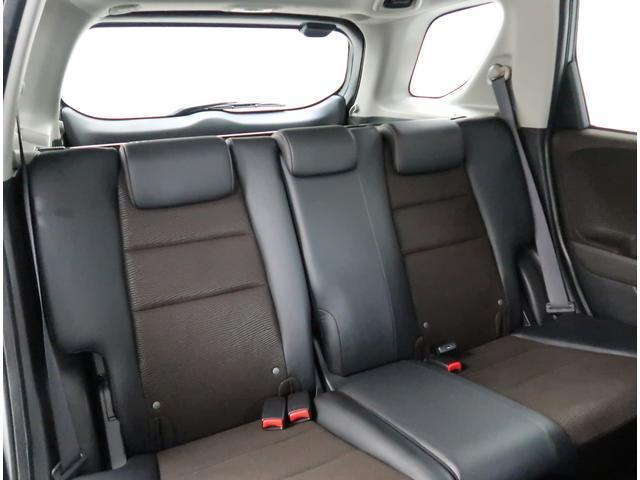 【リヤシート】3人掛けシートです。後席もゆったり快適な空間でドライブを楽しめます。