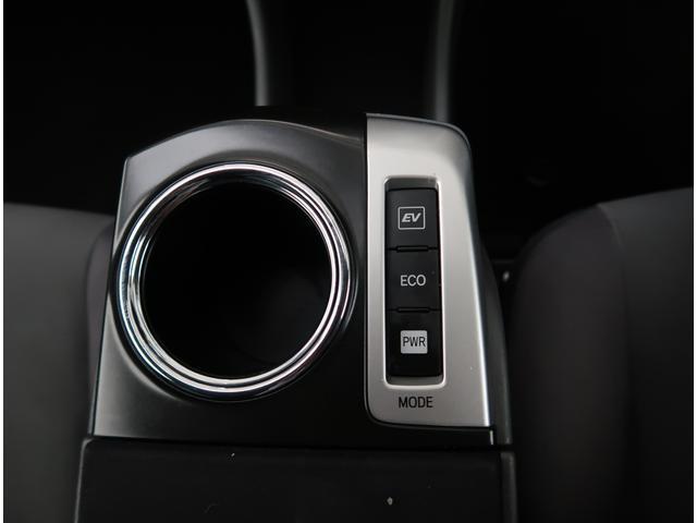 【EVスイッチ】ハイブリッドならではの装備。モーターで駆動するのでガソリンエンジンと比べるととっても静かです。