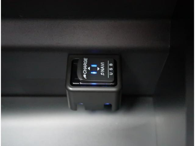【USBポート】オーディオ/充電用と使い分けが出来てとっても便利です。
