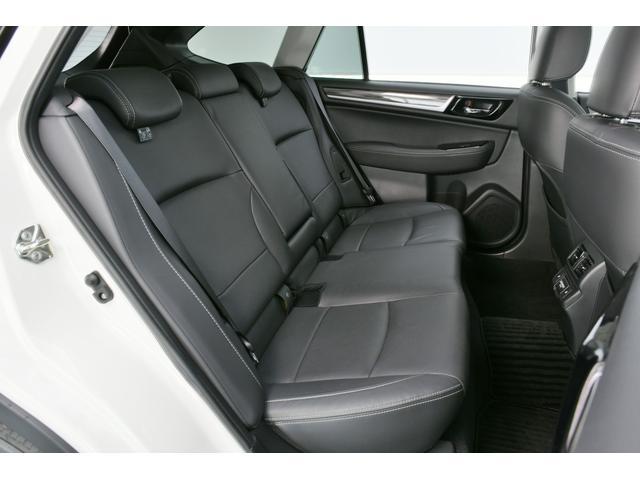勿論後席もブラック革シート、リアにもシートヒーターが装備されております◎ワゴンベースなので頭上にも余裕がありゆったりくつろげるスペースです♪
