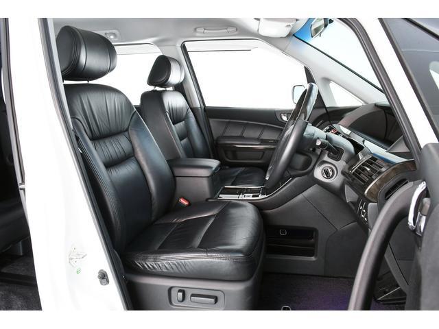 さすが高級ミニバン!!全席本革シートです☆運転席は電動シートなので座席の微調整も楽々ですよ♪