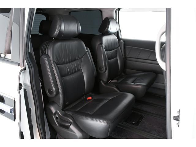 キャプテンシートになっておりますので、長距離運転の際も窮屈さを感じさせず、快適にドライブがお楽しみいただけますよ♪