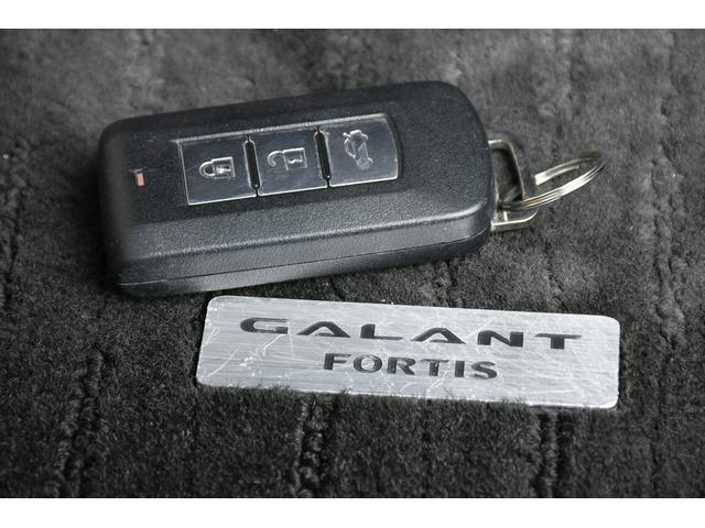 スマートキータイプですので、鍵をいちいち出さなくても鍵を持っているだけで鍵の開け閉めやエンジンスタートが可能です☆