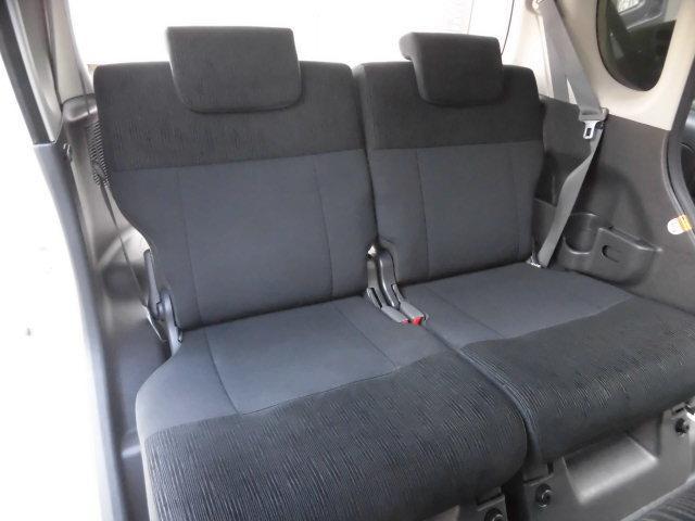 スライド&リクライニングも可能なリヤシート! シミや汚れ、擦れなど無く、とても綺麗な状態を保っております! 足元スペースは普通車より広く、驚きの室内空間です!