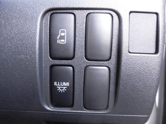 電動スライドドアの開閉操作は運転席に設置されたスイッチ、さらにはスマートキーからも同様の操作が可能で大変便利です!