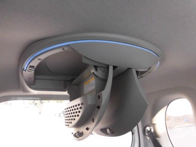 ルーフ後部にはイルミネーション付のコンソールBOXが装着されており、タオルやブランケットなどを収納できる他、ベビー用品や洗車道具なども収納できるようになっております!