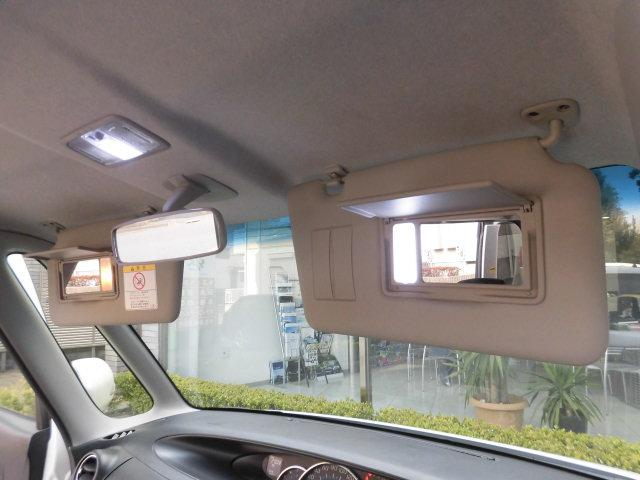 サンバイザーには照明付きのバニティミラーが備わっており、大変便利です!