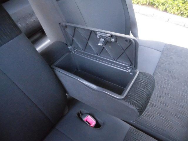運転席と助手席の間には収納小物入れを備わった、アームレストが備わっております!