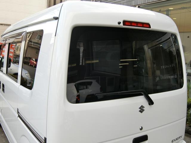 後部ガラスはプライバシーガラスとなっており、大切なお荷物の防犯やプライバシー保護にも役立ちます。 また夏場のエアコン効率もアップし、燃費の向上にも役立ちます!