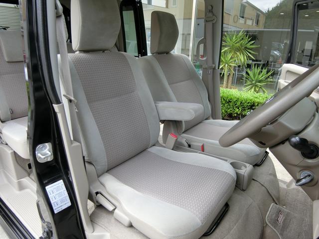 肌ざわり、質感抜群のアームレスト付きフロントシートも、シミや汚れ、擦れなど無く、大変綺麗な状態です!