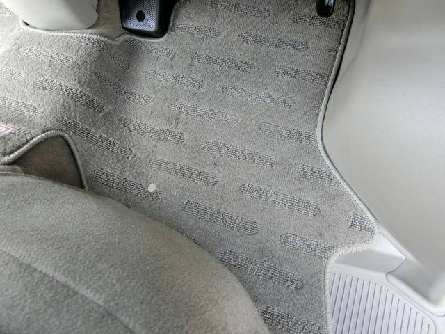 使用感の出やすい運転席側のフロアーマットもご覧のとおり、大変綺麗な状態です!