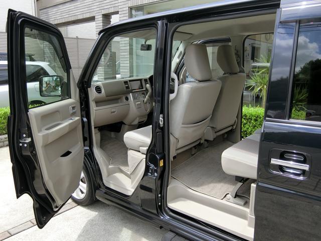 『両側電動スライドドア』 お子さまやご年配の方でも乗り降りがし易いように左右スライドドアは自動開閉となっております! 運転席にあるスイッチからも自動開閉の操作が可能となっております!