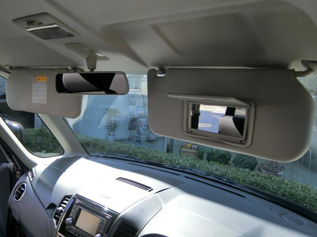 運転席のサンバイザーには便利なバニティミラーも備えられております!