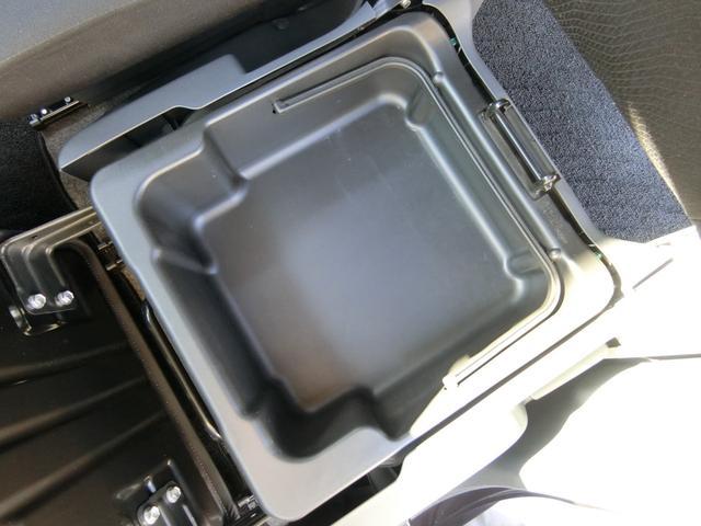 助手席シートの座面下には大容量の収納BOXが装備されております! 普段あまり使わない荷物の収納に大変便利です!