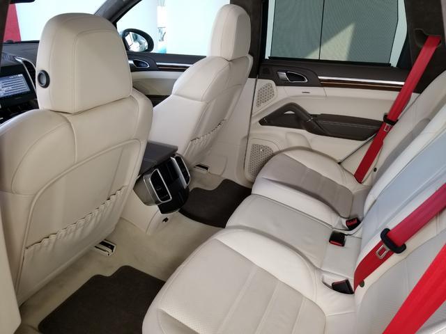 ポルシェはシートアレンジをオーナーが自由にカスタマイズできるように設定されていますが、張りのある丈夫な革を使用、高級スポーツカーのイメージを高めています。
