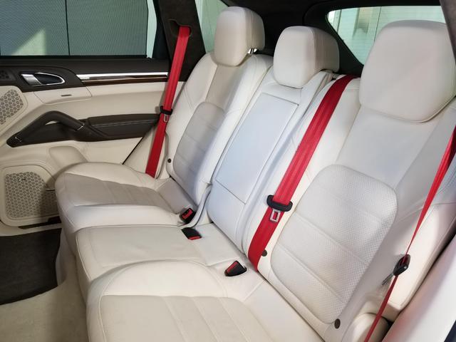 後部座席も足元にゆとりがあり、リラックスして頂ける空間となっております。