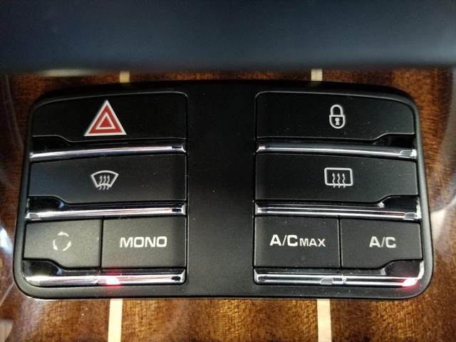 エアコン機能はセンターコンソールのボタンで操作可能です。