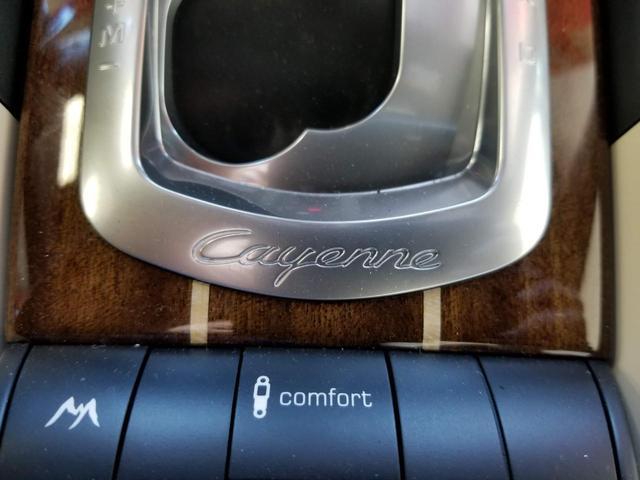 シフトノブのフレームに描かれた「カイエン」の文字がさらに高級感を演出します。