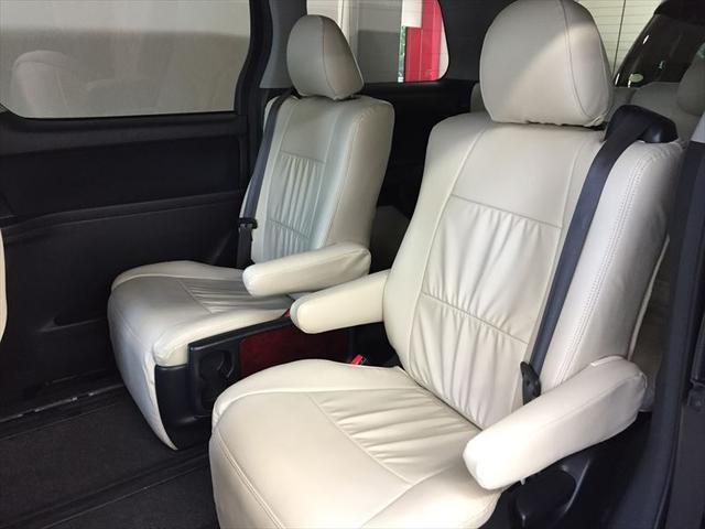 セカンドシートは足元も空間が大きく使われており、ゆとりたっぷりです。