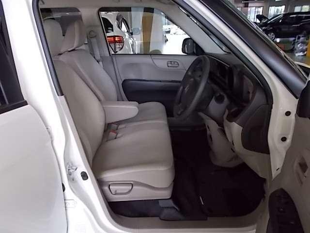 運転席足元も広々して運転も快適です。また長距離ドライブでも疲れないシートもポイントですね。