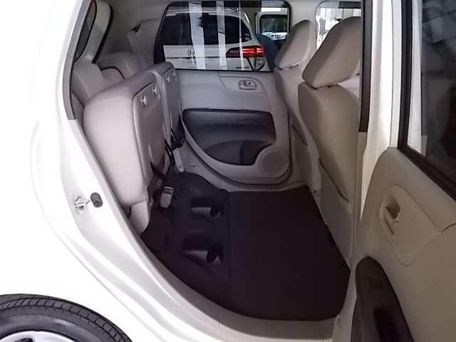 後席の座面を跳ね上げれば、フラットな床面を活かして大きな荷物が積めます。