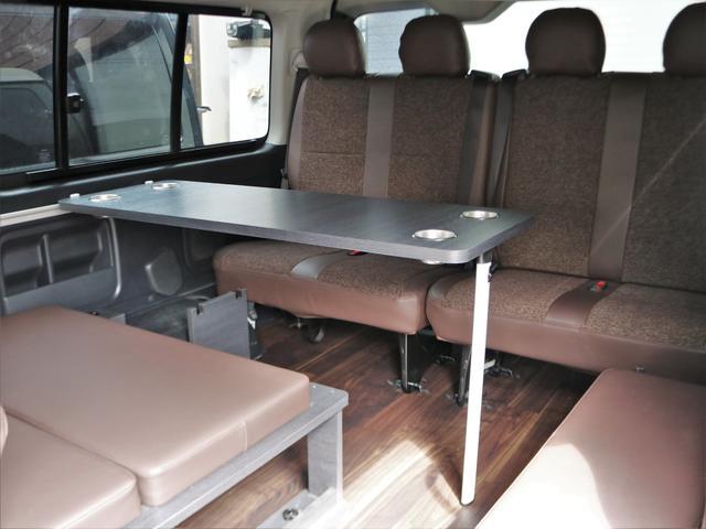 4列目シートは4名掛け。前向き8名乗車可能です。セカンドシートの後ろは一面ベッドにもなります。