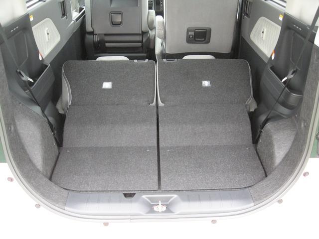 左右のシートを倒すことで大きな荷物も積載可能です。