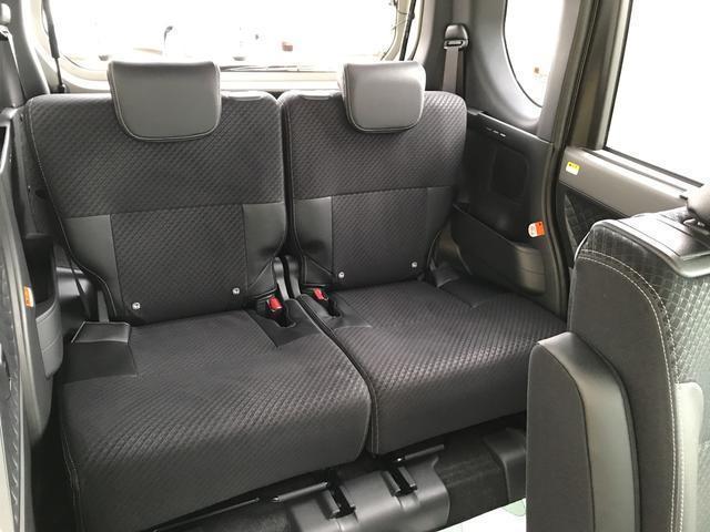 フロントシートと同様の素材を使用したリヤシート。