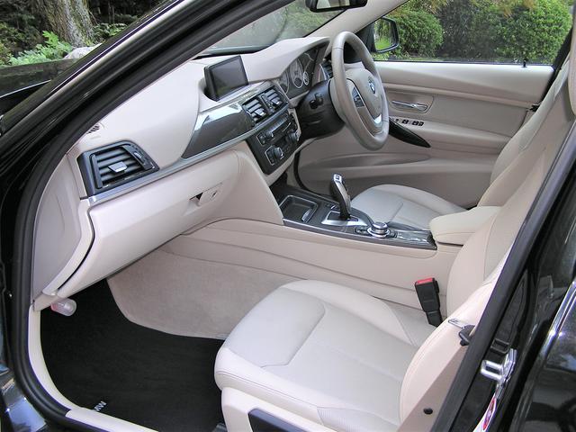 BMW BMW 320iツーリング モダン ベージュ半革 純正ナビ Bカメラ