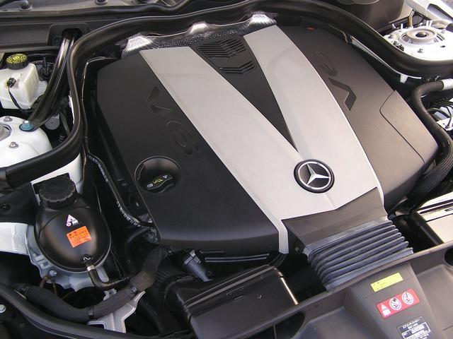 綺麗なエンジンルームです。エンジンは高回転までしっかり吹け上がり、アイドリングも一定となっております。非常に良好です。走行管理システムもチェック済となっております!V6&3,000ターボエンジンは爽快