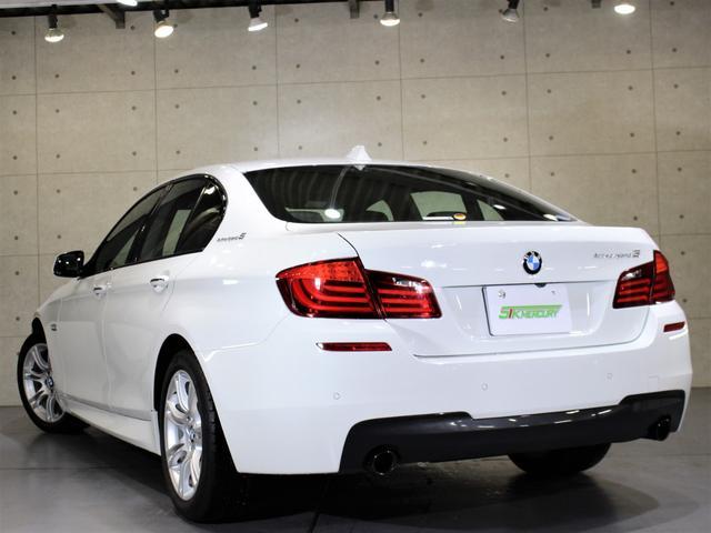 H24年 BMW アクティブハイブリッド5 Mスポーツ アルピンホワイト 実走行4.5万キロを庫致しましたのでご紹介させて頂きます。外装の状態はとても綺麗な状態でほぼ無傷に近い状態です。