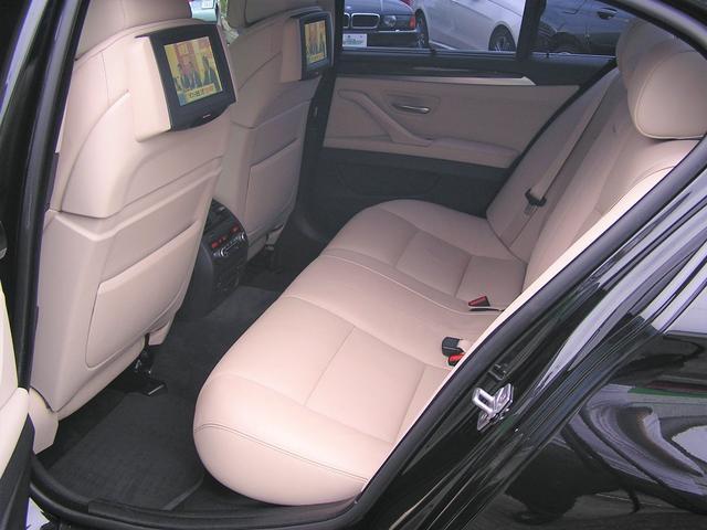 550i V8 ターボ 後席モニタ- 4400 走行TV 冷暖シ-ト 後シ-トヒ-タ- 純ナビ 電トランク 純19AW 禁煙 毎回D整備 1オナ ヘッドUPディスプレー ソフトクローズ オートトランク(8枚目)